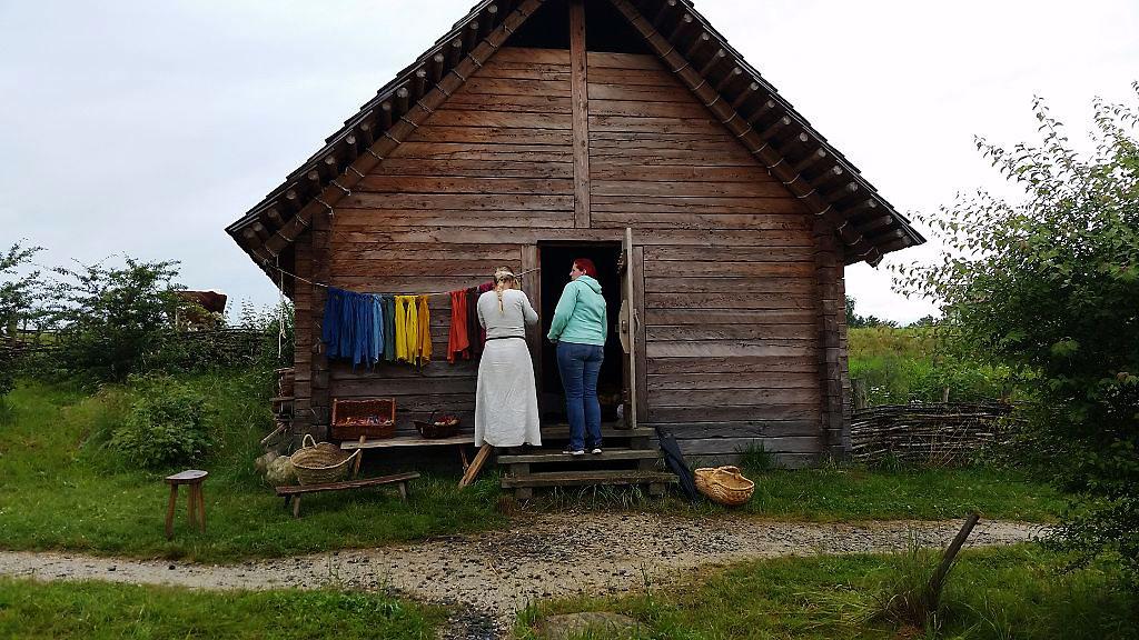 Jana Sixt und Strega Ingosdottir vor einem Haus der Slawen