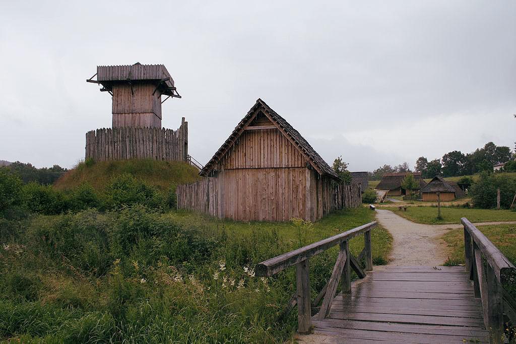 Weg zum slawischen Dorf, vorbei an der Turmhügelburg
